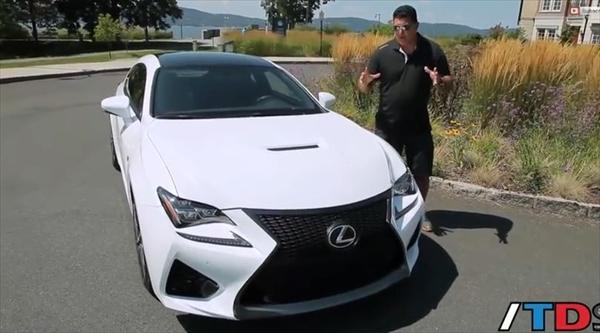 ホワイトカラーでカーボンパッケージ仕様のレクサスRCF動画