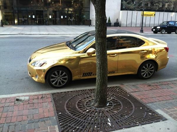 金色に輝くレクサスIS